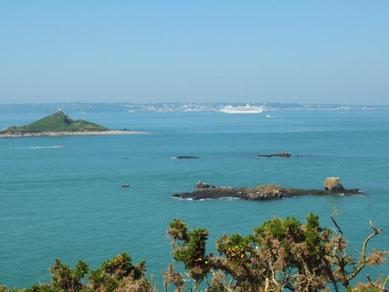 10. Blick auf St. Peter Port und das Kreuzfahrtschiff Aurora