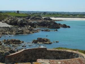 Blick von Fort Marchant auf einen Wachturm und die Pembroke Bay