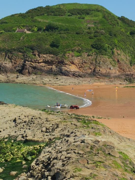 Mit dem Traktor werden die Fischerboote an den Strand gezogen