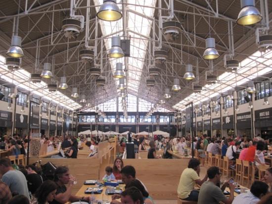 Lissabon: Der Mercado am Bahnhof Cais do Sodre
