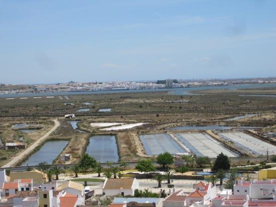 Blick von der Burg in Castro Marim auf die Salinen über den Guadiana nach Ayamonte