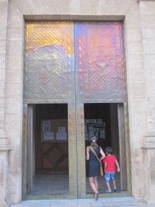 Durch die schillernde Kirchentür