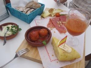 Tapas variadas: Aioli con Pan, Albondigas, Queso, Jamon, Gazpacho, Tortilla