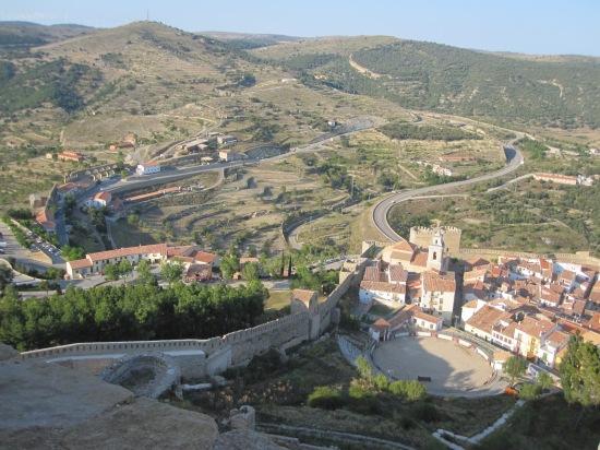 Blick auf Stadtmauer und Stadt sowie Viadukt (links im Hintergrund)
