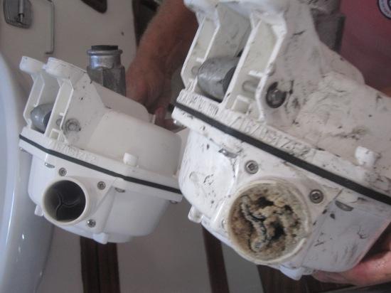 Vorne: Mit Urinstein verstopfte Toilettenpumpe