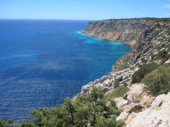 Blick vom Far de la Mola auf die Cala Codolar im Südosten