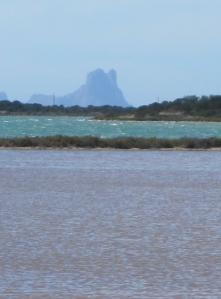 Ibiza erhebt sich hinter der Lagune